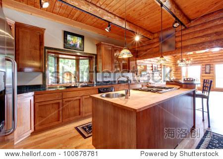 小木屋的大型厨房内部岛.
