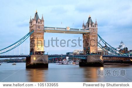 沿着泰晤士河伦敦塔桥