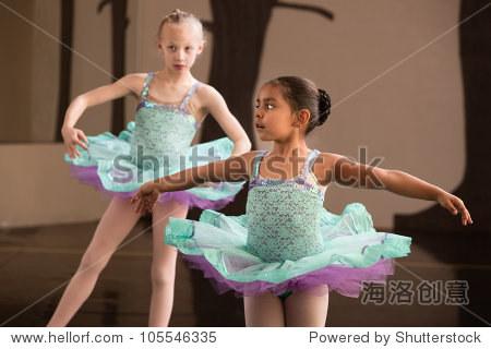 两个可爱的孩子在芭蕾舞练习旋转