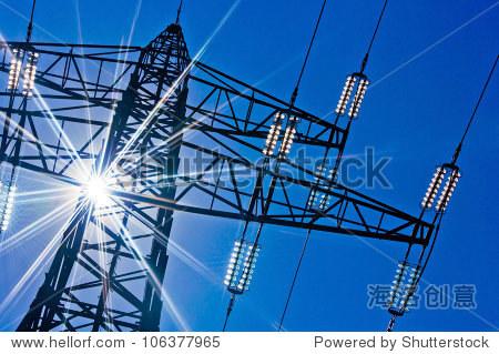 高压输电塔对蓝天和太阳射线