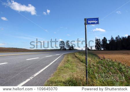 农村公共汽车站公路没有风景 110年Muurla,芬兰在夏天 交通运输,符高清图片