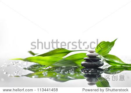 背景spa的石头和一根绿色的竹子