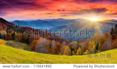 秋天山上风景与彩色的森林