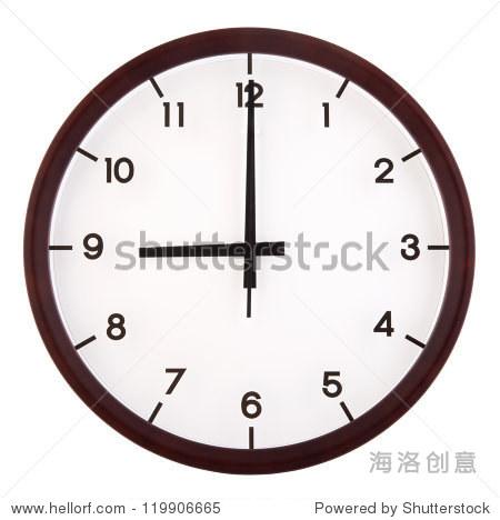 经典的模拟时钟指向九点钟,孤立在白色背景