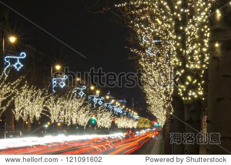 圣诞装饰灯泡花环上一排树木,andrassy路,布达佩斯,匈牙利