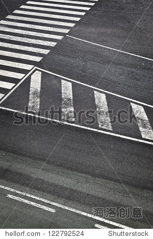 白色标志在机场跑道