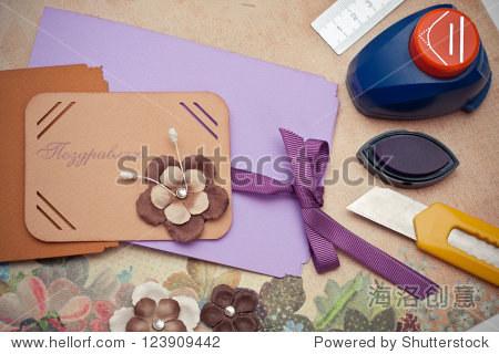 手工制作的剪贴簿明信片和工具躺在桌子上