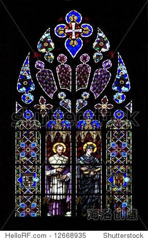 教堂彩色玻璃窗户在黑色