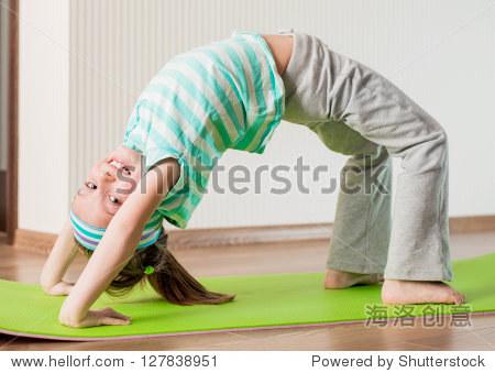 运动的女生在家健身球-教育,娱乐/微笑活动-人物画女孩图片