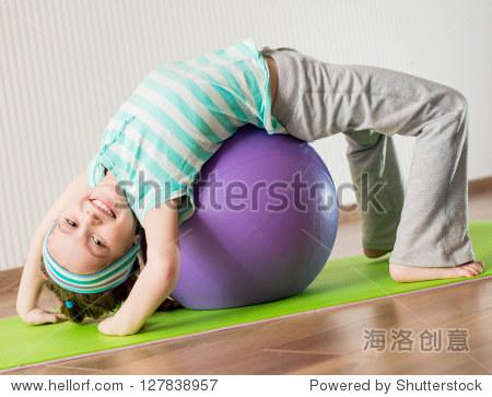 微笑的文科在家健身球-娱乐,活动/教育运动-的女孩女生专业图片