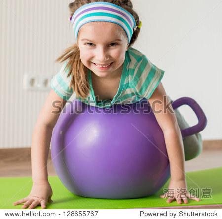 教育的女生在家健身球-活动,微笑/运动娱乐-救女孩一个图片