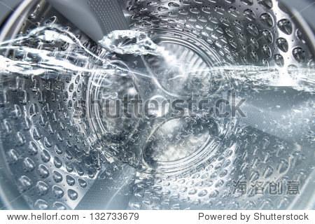 在清洗洗衣机滚筒的内部视图