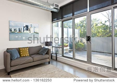 客厅阳台的滑动玻璃门