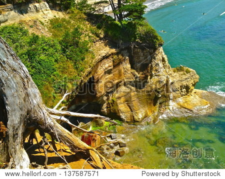 岩石悬崖下降蓝色的海浪中.