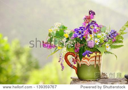 手工制作的花瓶与五颜六色的春天的花朵