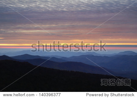 蓝岭风景区干道上的日出在北卡罗来纳州西部