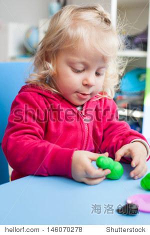 可爱女孩玩橡皮泥