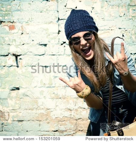 美丽的女孩在帽子和太阳镜酷文库画像a女孩的东手势识别v女孩图纸百度图片