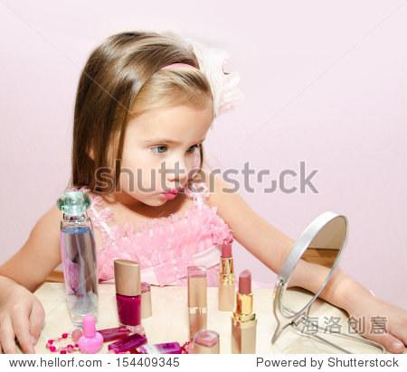 儿童化妆品的可爱小女孩照镜子孤立