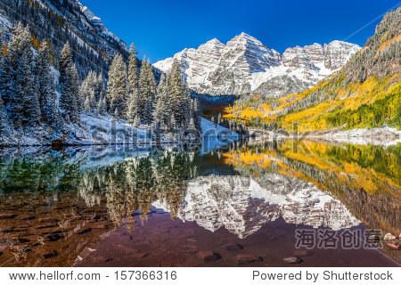 冬天和秋天树叶在褐铃,美国科罗拉多州的阿斯彭