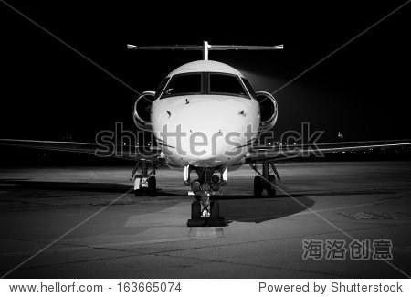 一个飞机前面细节黑色和白色