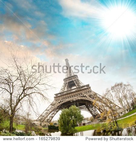 从周围的花园——巴黎埃菲尔铁塔