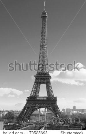 在巴黎,法国埃菲尔铁塔在天.黑白照片