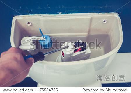 在家修理马桶水箱里