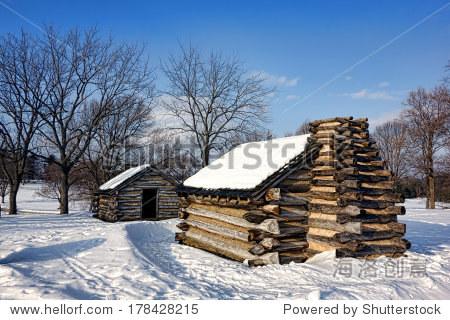 美国革命战争士兵住房日志在营地木头小屋在冬天雪福吉谷国家历史公园