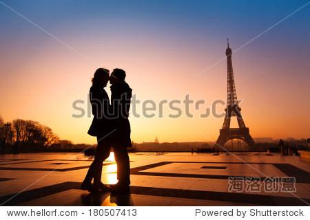爱的情侣在亲吻埃菲尔铁塔背景,巴黎,法国