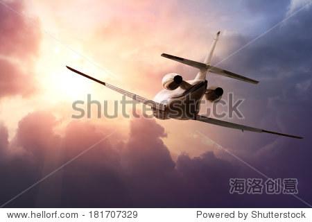 私人喷气式飞机在天空日落