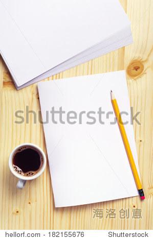 空的纸和木头桌子上一杯咖啡.俯视图