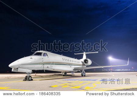 小型私人飞机在机场停车场