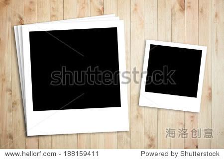 宝丽来相框在木板的背景