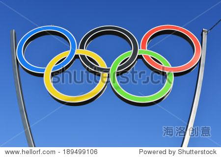 俄罗斯加里宁格勒——2014年4月26日:奥运五环体育复杂yunost对面的广