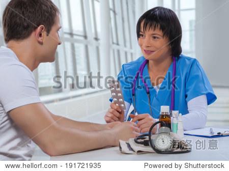 亚洲女医生与病人说话