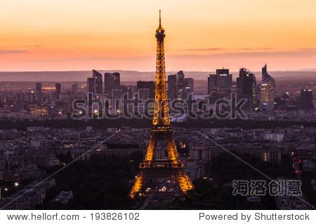 5月13日:巴黎埃菲尔铁塔在黄昏和月亮光表演秀5月1