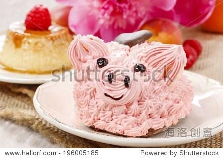 孩子们聚会:可爱的粉红小猪蛋糕和惊人的牡丹在后台