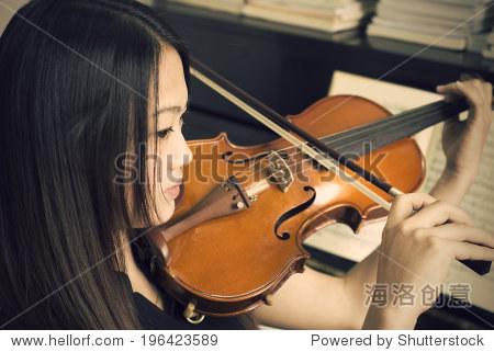 女孩拉小提琴