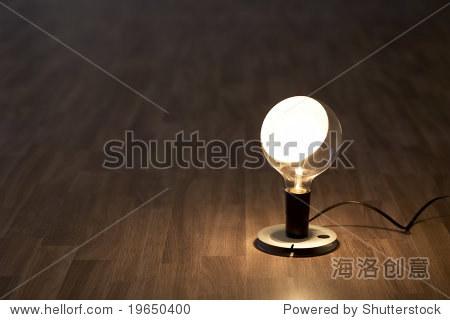 灯在木地板上