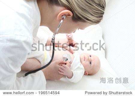 儿科医生和婴儿检查可能的心脏缺陷