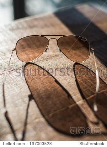 飞行员太阳镜特写一个木制的桌子上