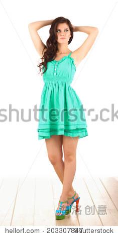 时装模特穿绿色的衣服