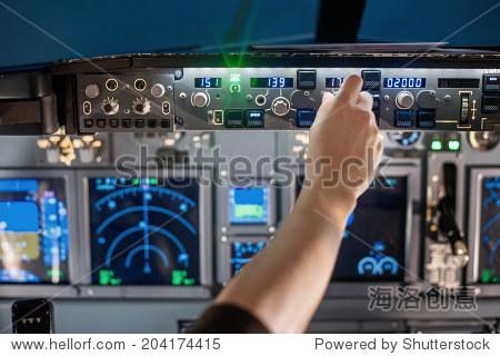 男人的手操作飞机面板上开关