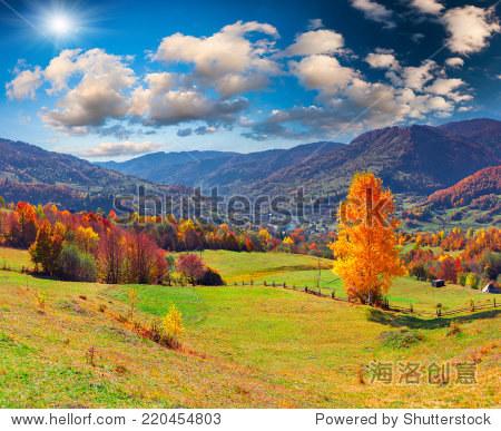 丰富多彩的秋天风景的山村