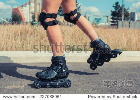 tiantianshewangyie_the legs of a young woman as she is rollerblading
