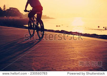 骑自行车在海边日出