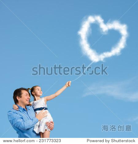 快乐的父亲和可爱的女儿在手中