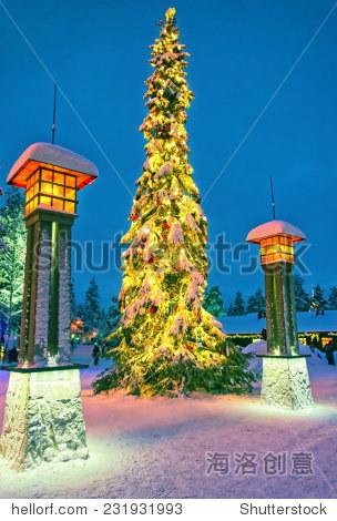 圣诞树在北极圈的圣诞老人村罗凡尼米附近