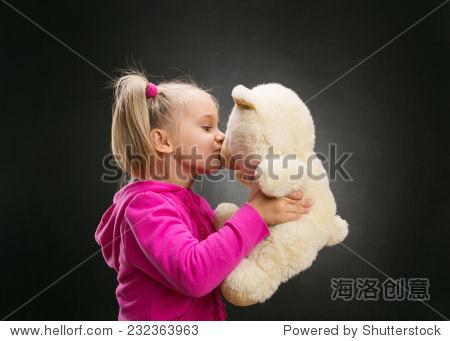 小可爱女孩吻玩具熊